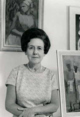 Pearl COHEN in front of her paintings, 1970